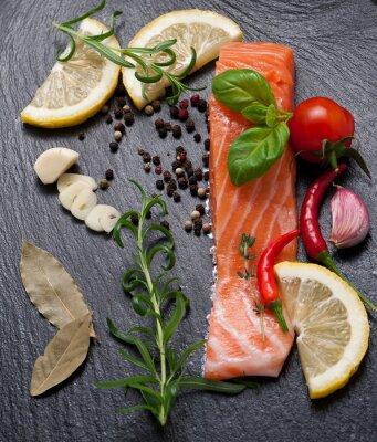 Póster Deliciosa porción de filete de salmón fresco con hierbas aromáticas, especias y verduras - alimentos saludables, la dieta o el concepto de cocina