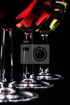 Detalle de tres vasos de vino en el fondo oscuro