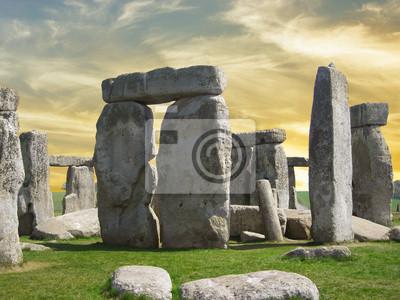 Detalles de Stonehenge con el cielo hermoso