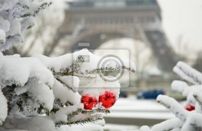 Día nevoso raro en París. Árbol de Navidad decorado y la Torre Eiffel