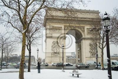 Día nevoso raro en París. Arco de Triunfo y un montón de nieve