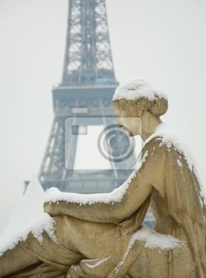 Día nevoso raro en París. Estatua de la mujer en el Trocadero, la E