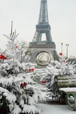Día nevoso raro en París. La Torre Eiffel y Christma decorado