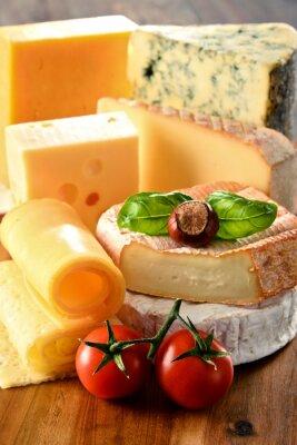 Póster Diferentes tipos de queso en la mesa de la cocina