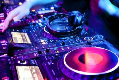 Póster DJ mezcla la pista