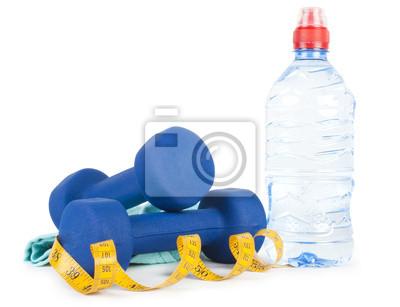 Dos dumbells, agua en botella y toalla
