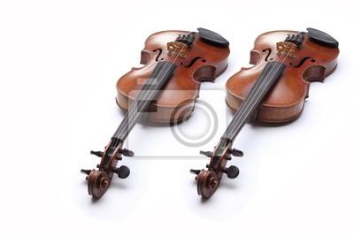 Dos violines en el fondo blanco.