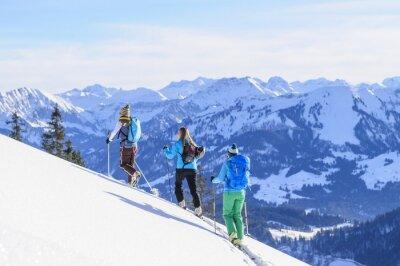 Póster Eine Gruppe Skitourengeher vor der Traumkulisse der Allgäuer Alpen