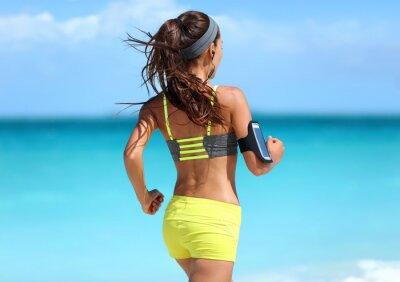 Póster Ejecución de motivación - corredor de formación con la música vista desde atrás jogging en la moda amarillo correas deportivas y sujetador de neón pantalones cortos equipo llevaba auriculares inalámbr