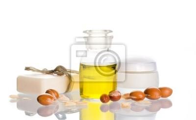 El aceite de argán con productos cosméticos y frutas
