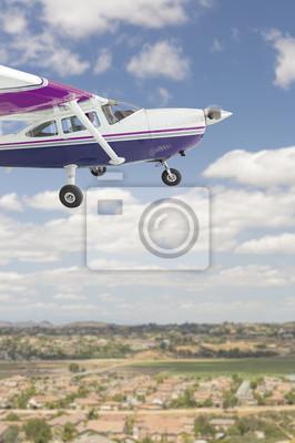 El avión Cessna 172 single hélice volando en el cielo