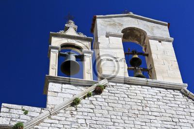 El campanario con campanas, Iglesia de Santa Bárbara en Sibenik, Croacia