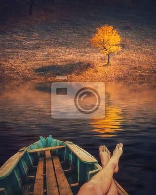 El hombre disfruta solo árbol amarillo
