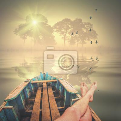 El hombre se pone en un barco y disfrutar de la mañana