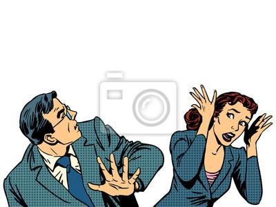 El hombre y la mujer corriendo el miedo del pánico