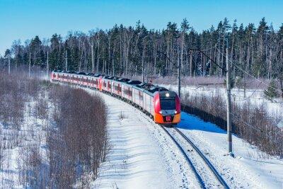 El moderno tren de alta velocidad se acerca a la estación en la mañana de invierno.