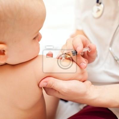 El pequeño bebé consigue una inyección
