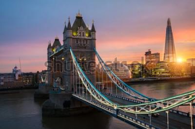 Póster El puente de la Torre de Londres al atardecer en una tarde soleada de verano - disparó contra el cielo azul claro hacia el sol brillante