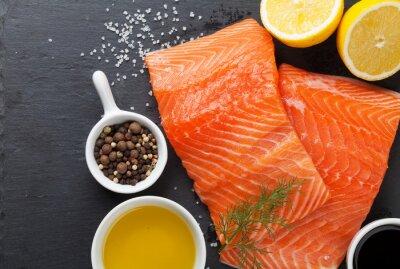 Póster El salmón y especias en la mesa de piedra