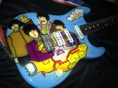 Póster El tema submarino amarillo de los Beatles con brocha de aire en una guitarra Stratocaster