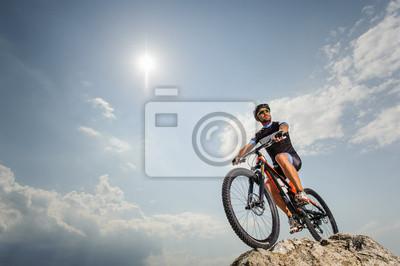 el tipo con la moto en la parte superior de la montaña