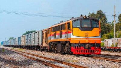 Póster El tren de mercancías estaba desviándolo. Tailandia - octubre de 2015, el transporte de bebidas estaba desviando en el cruce de Ban Pachl. (Tomado forma plataforma pública.)