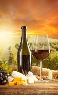 Póster El vino tinto Bodegón con viñedo en backgorund