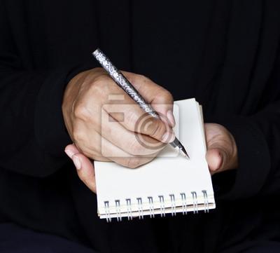 Empresaria toma notas en el cargo