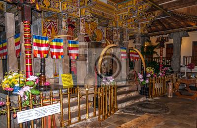 En el interior del templo en Kandy
