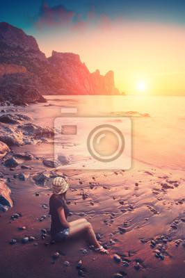 En una playa rocosa