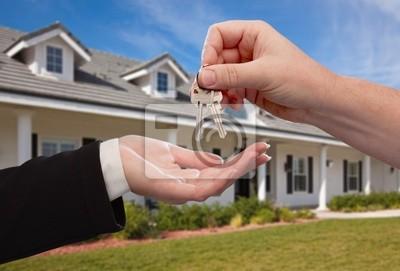 Entrega de los claves de la casa delante del nuevo hogar