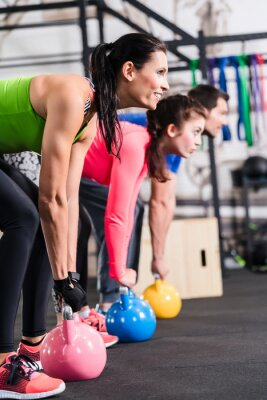 Póster Entrenamiento funcional de la aptitud en Fitnessstudio con Kettlebell