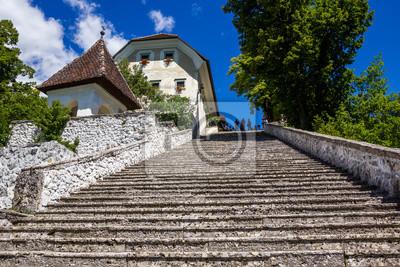 Escalera de piedra escarpada en la isla de Bled, Lago de Bled, Eslovenia.