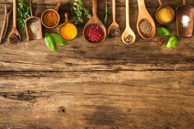 Póster Especias coloridas en mesa de madera