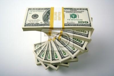 Espiral pilas de cien billetes de dólar sobre un fondo blanco.