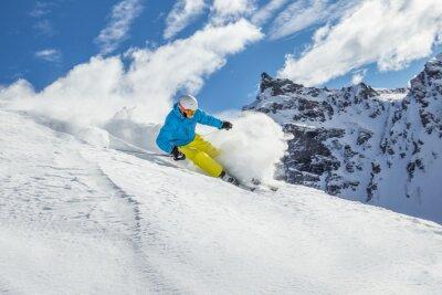 Póster Esquí del esquiador alpino en alta montaña