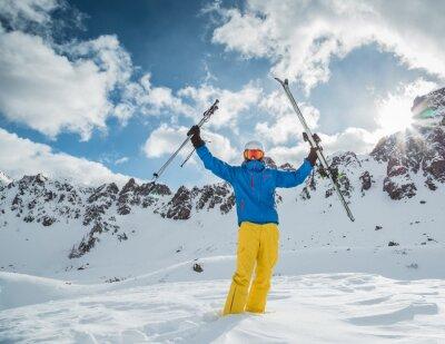 Póster Esquiador en las altas montañas
