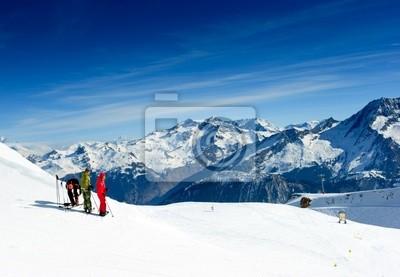 Esquiadores en la cima de la montaña en el valle de Méribel