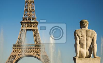 Estatua de hombre en el Trocadero mirando a la Torre Eiffel