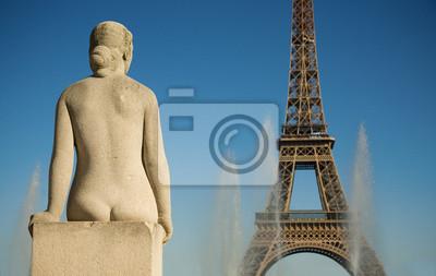 Estatua de la mujer en el Trocadero mirando a la Torre Eiffel