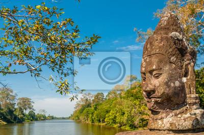 Estatua en el puente de Bayon con el río
