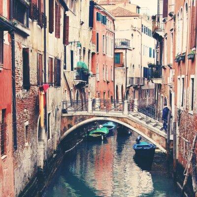 Póster Estrecho canal y puente en Venecia, Italia