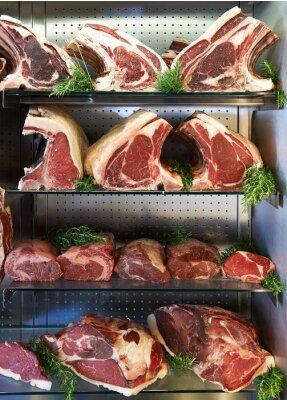 Póster Exhibición de la carne seca envejecida en la tienda de carniceros