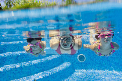 Familia bajo el agua en la piscina