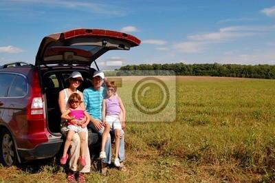 Familia cerca de su coche de vacaciones