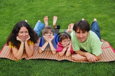 Familia con dos niños en el césped