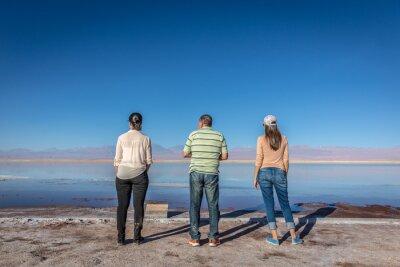 Familia en el Salar de Atacama en Chile