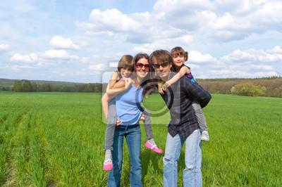 Familia feliz que se divierte el vacaciones al aire libre