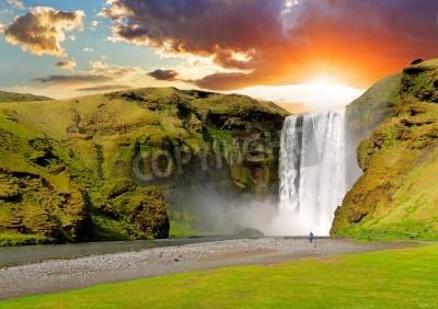 Póster famosa cascada Skogafoss en Islandia al atardecer