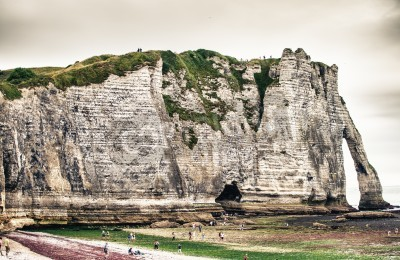 Póster Famous cliffs Aval of Etretat. Etretat is a commune in the Seine-Maritime department in the Haute-Normandie region in northwestern France. Etretat is now a famous French seaside resort..